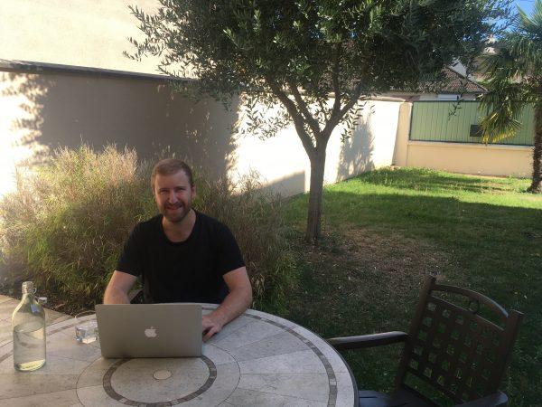 Tobi arbeitet von seinem Garten aus
